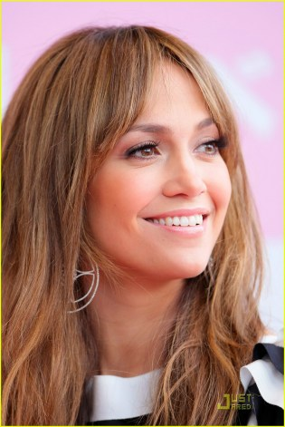jennifer-lopez-supports-samantha-thavasa-03